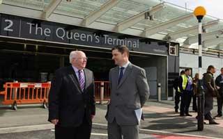 Rt Hon à Tom Clarke visits Heathrow Terminal 2