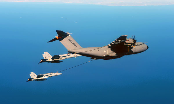 Airbus A400M refuels two F-18 fighters simultaneously [Video]